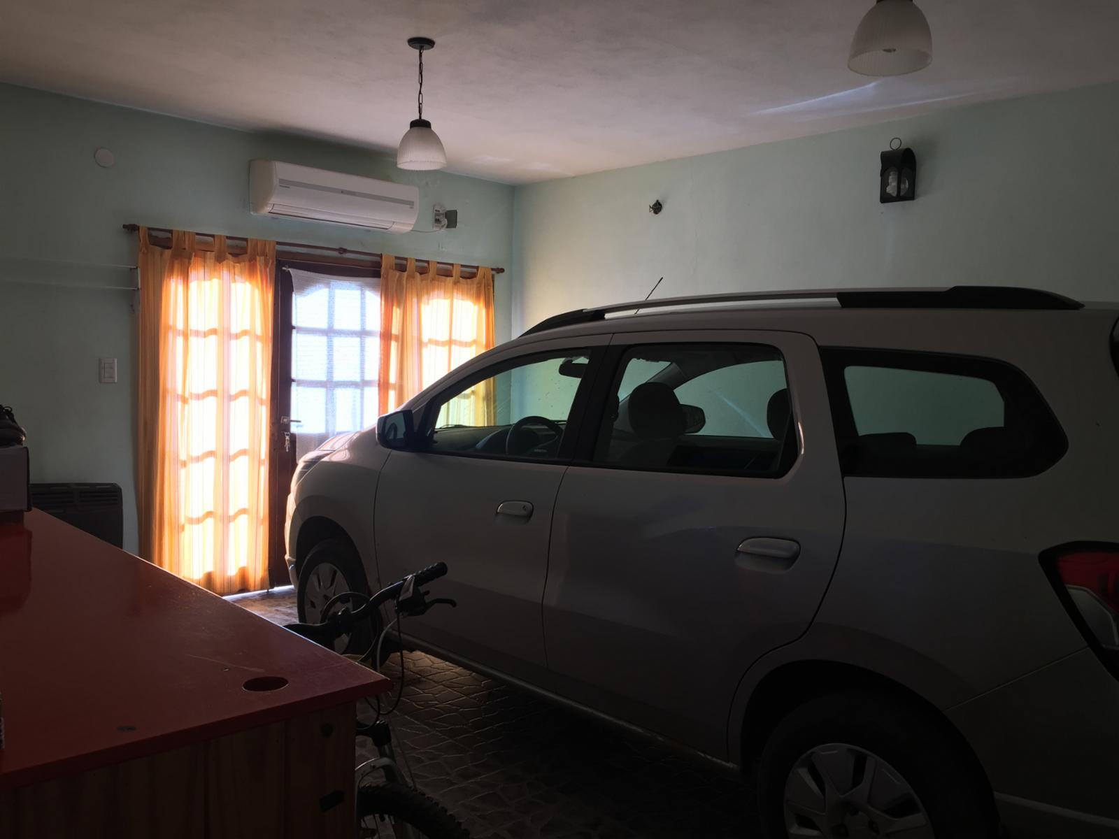 CASA de tres dormitorios, garage y patio, sobre calle Chile y Alberdi, ADBARNI Servicios Inmobiliarios