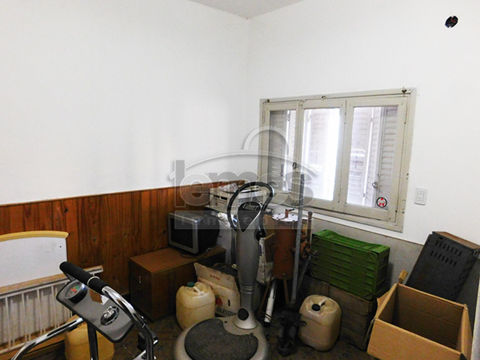 Casa céntrica a refaccionar - Adaptable a oficinas, Lemes Inmuebles
